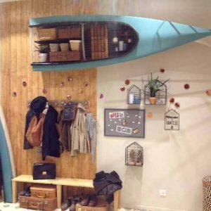 L'entrée du  vestibule. Chacun y pose son sac, manteau, chaussures...En partie haute, un canoë kayak, chiné, découpé et fixé en guise de placard ! L'autre moitié du canoë, à hauteur d'enfants,  est posée au sol.