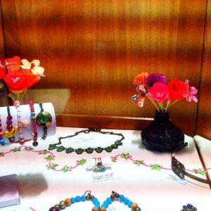 Toujours dans l'esprit Origami, création des fleurs en papiers qui viennent décorer la vitrine de bijoux