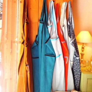 """Création et confection de robe-tablier en lin de toutes les couleurs : """"La maison d'Inès en Provence"""" très belle brocante."""