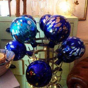 """Magnifiques objets de décoration : globes bleus en verre soufflé, à """"La maison d'Inès en Provence"""" à Apt.  ."""