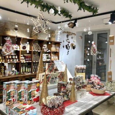 Table principale avec produits de Noël