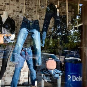 Jeans suspendus, bidons bleus et néon pour un thème Industriel. Photos : tous droits réservés : (articles L 335-2 et L 716-9 du CPI)